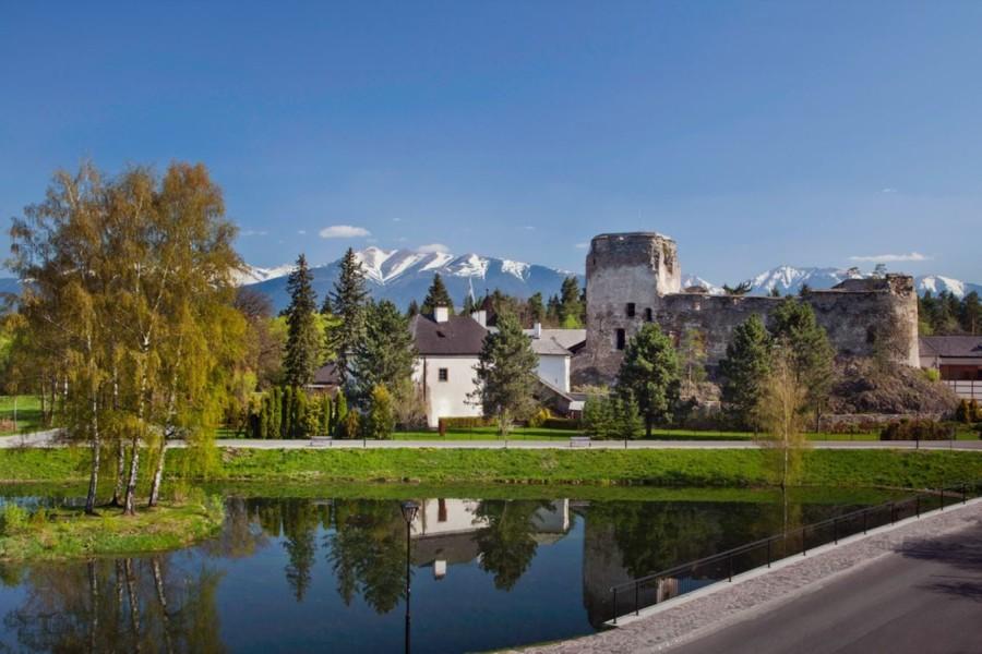 Liptovský Hrádok - zřícenina vodního hradu / ruins of a water castle (4 km)